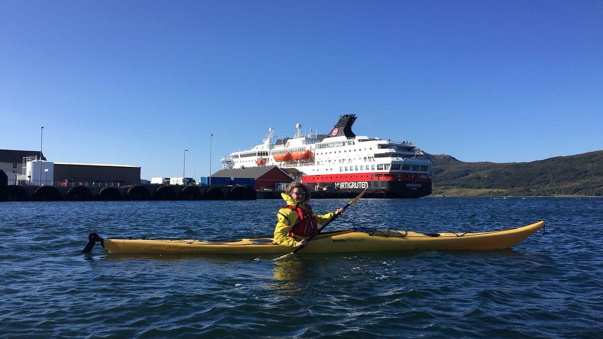 Dorle im Kajak vorm Hurtigrutenschiff