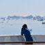 Blick von Bord auf Eisberge