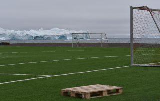 Fußballfeld vor Eisberg
