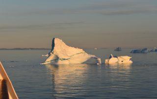 Eisberge in Mitternachtssonne