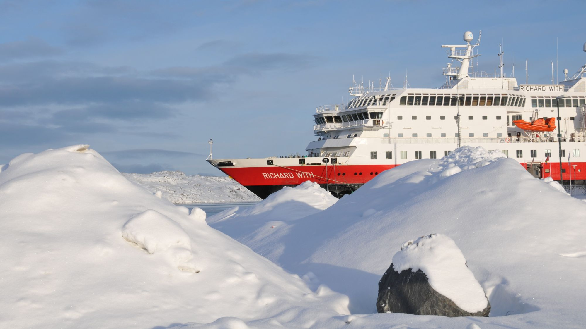 Hurtigrutenschiff Richard With im Schnee