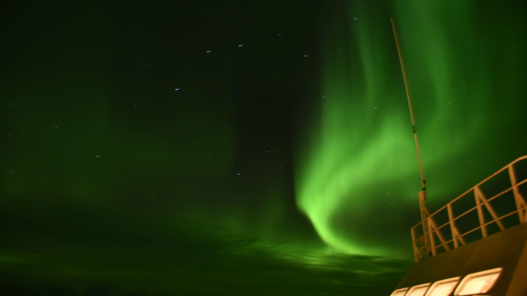 Nordlicht über Hurtigrutenschiff