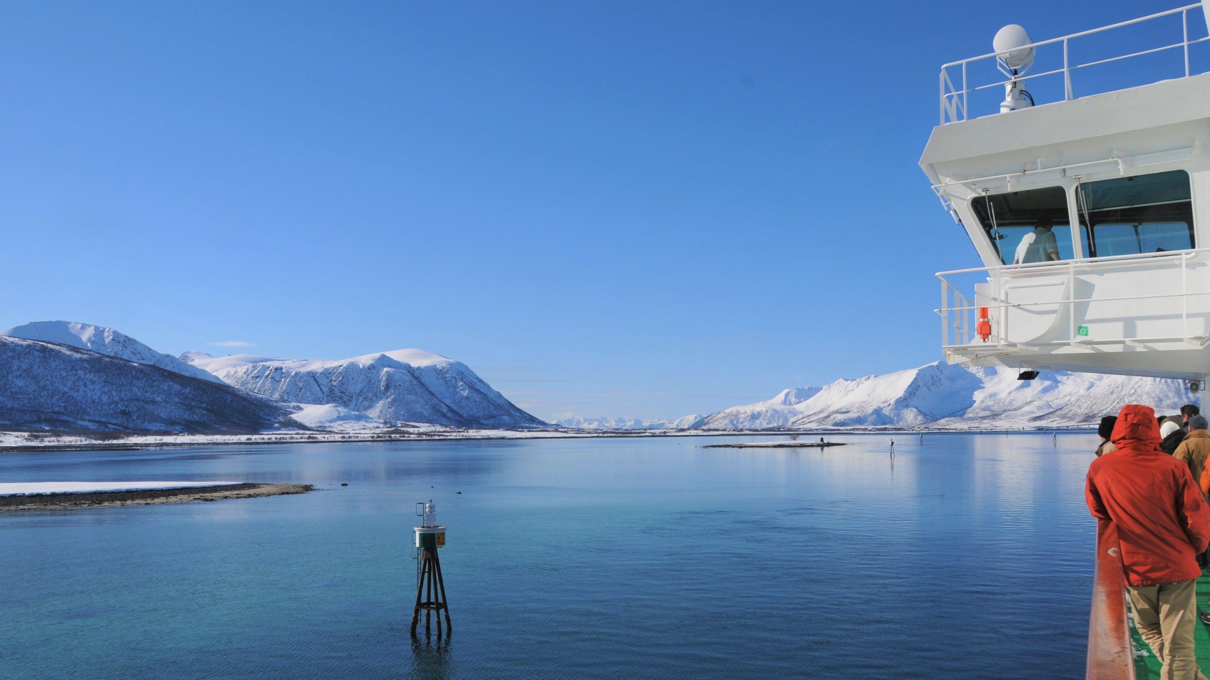 Hurtigrutenschiff im Winter