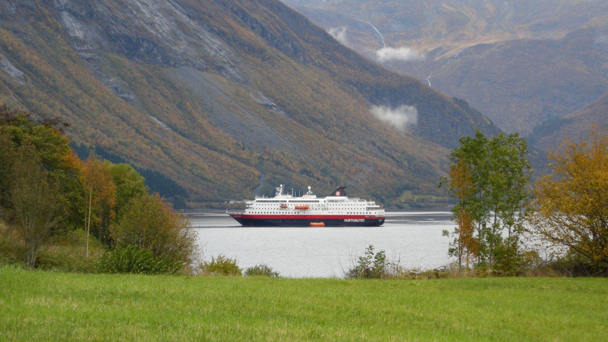 Hurtigrutenschiff im Hjørundfjord
