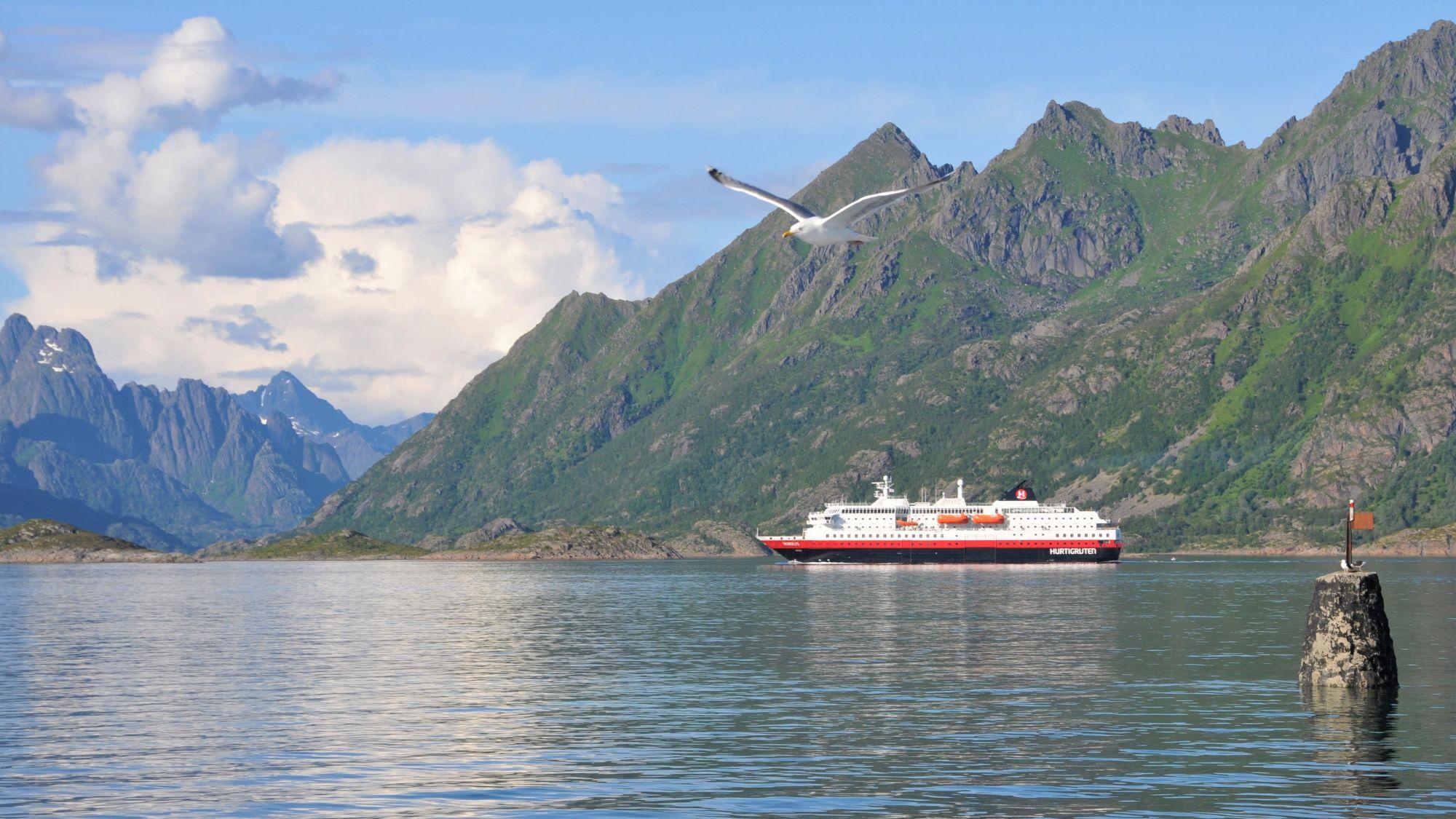 Hurtigrutenschiff vor den Lofoten