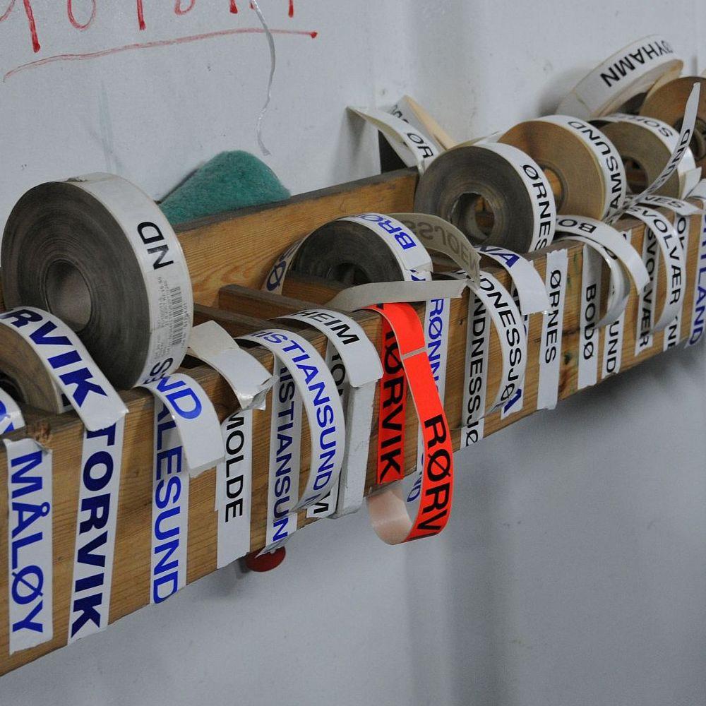Aufkleber mit Städtenamen der Anlegestellen von Hurtigruten