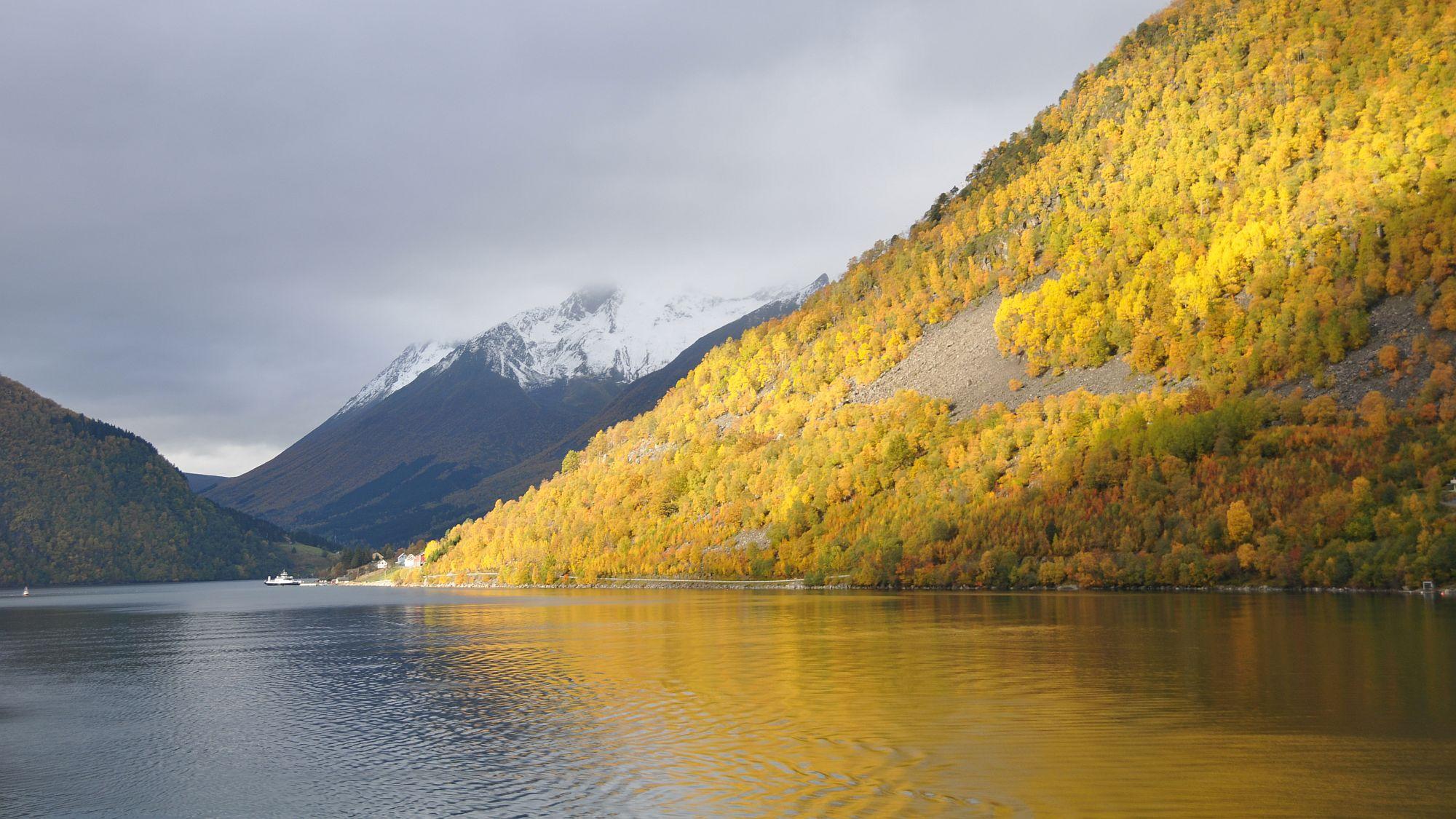 Hjørundfjord im Herbst