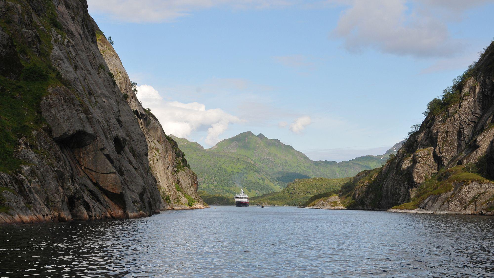 Hurtigrutenschiff im Trollfjord
