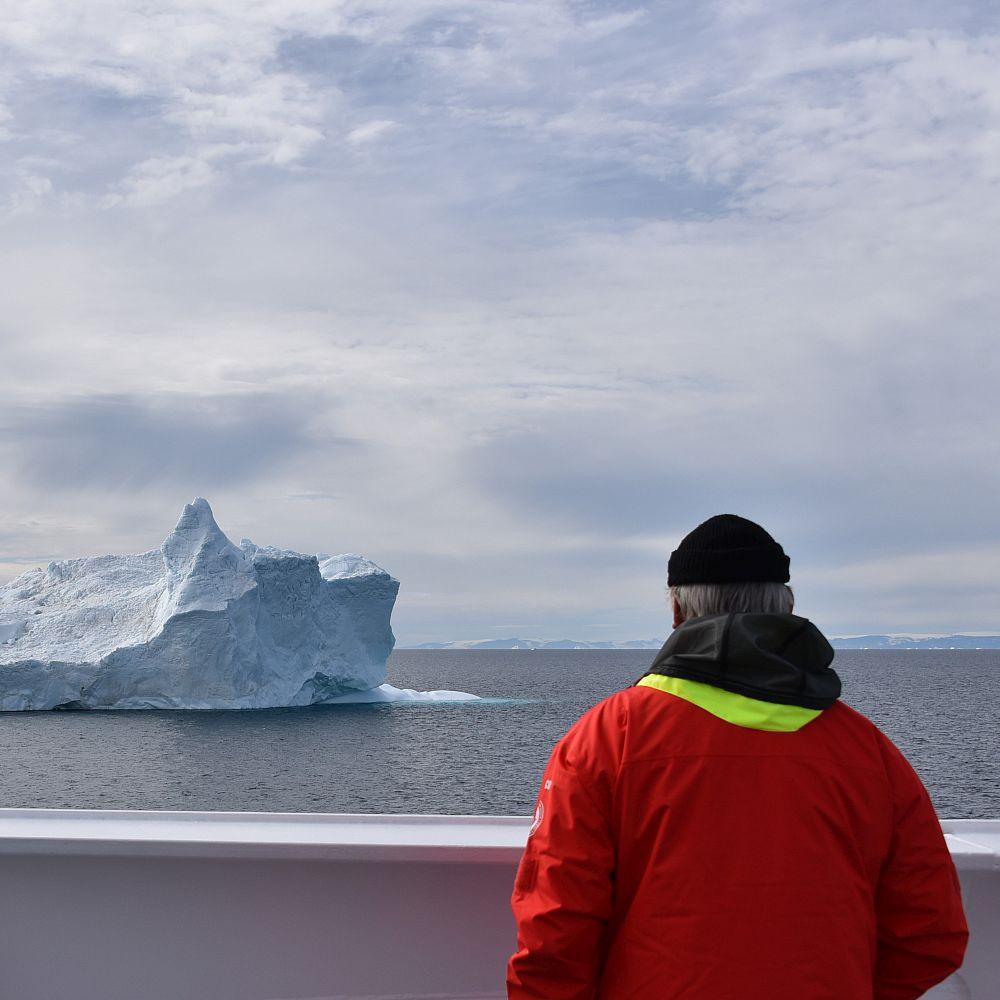 Mann vor Eisberg
