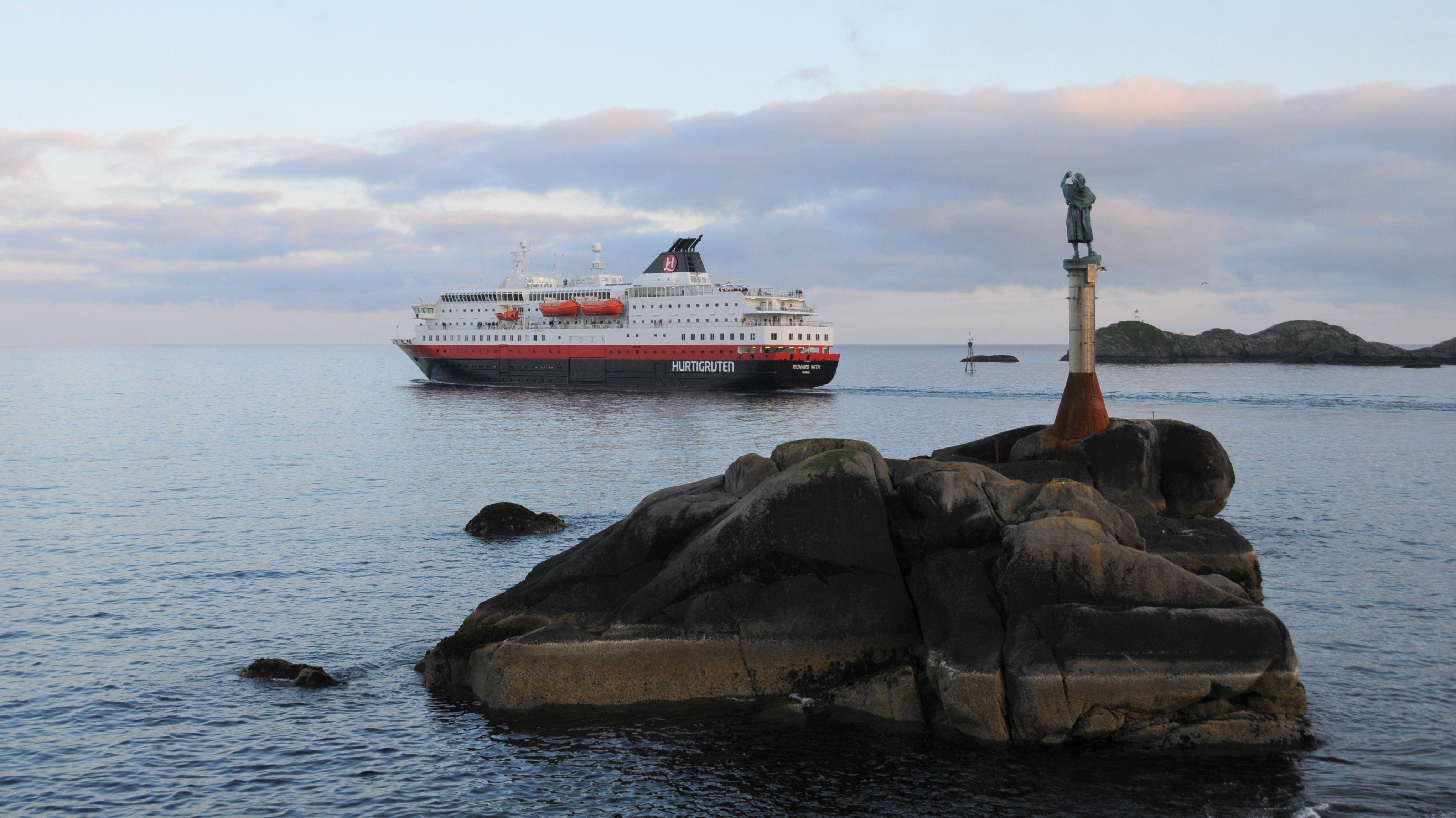 Fischerfrau vor Hurtigrutenschiff