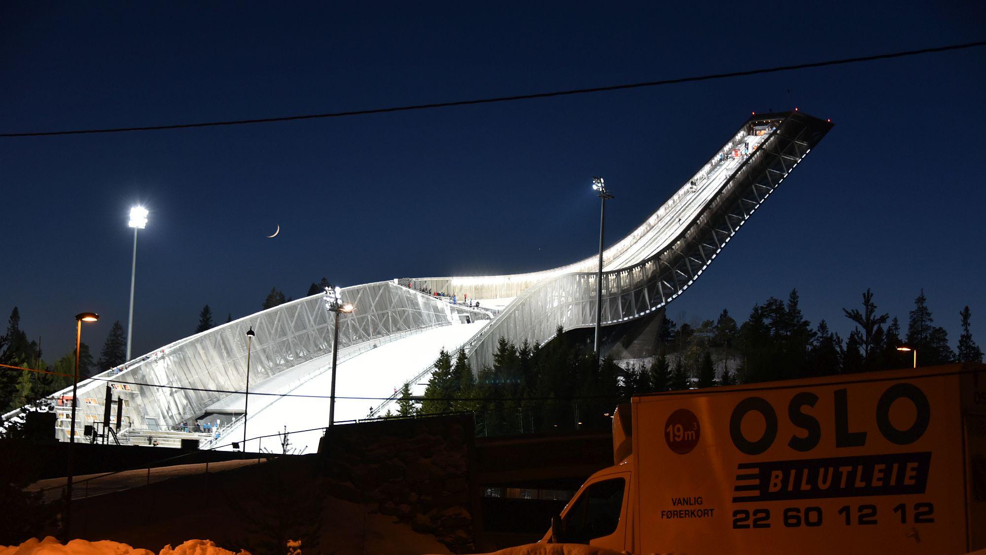 Skisprungschanze bei Nacht