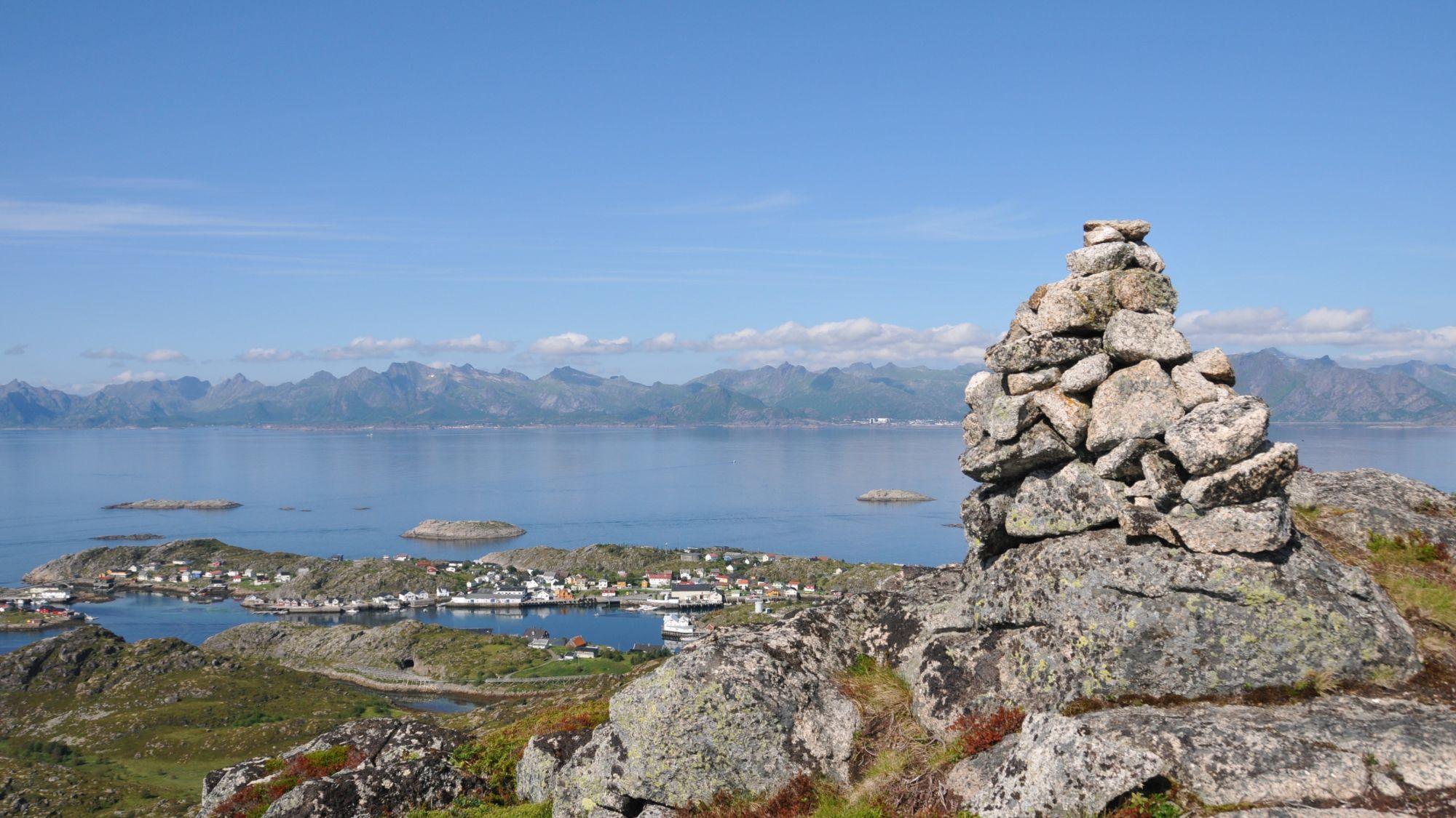 Steinhaufen vor Ausblick auf die Lofoten