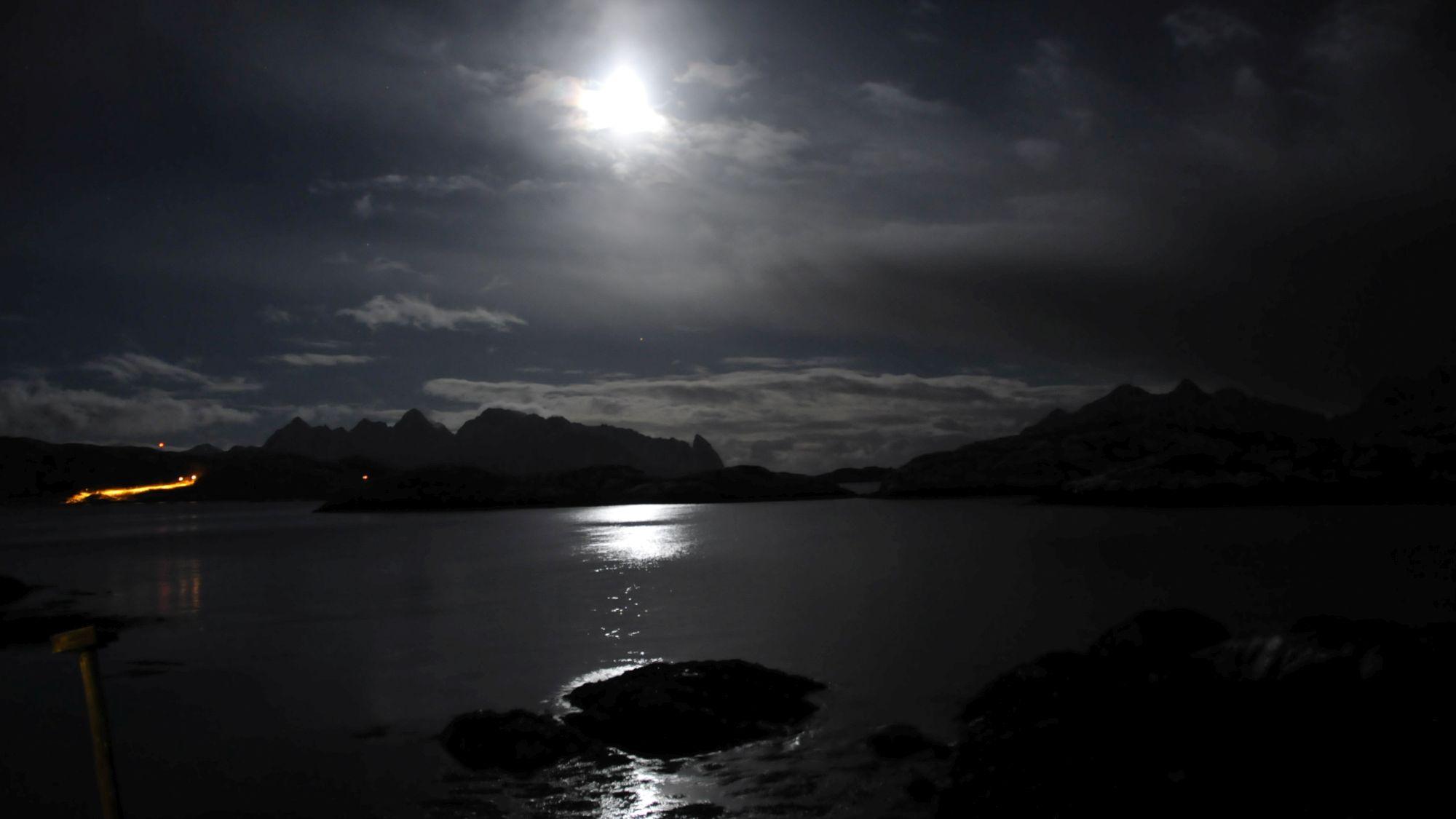 Fjord von Svolvaer bei Mondlicht