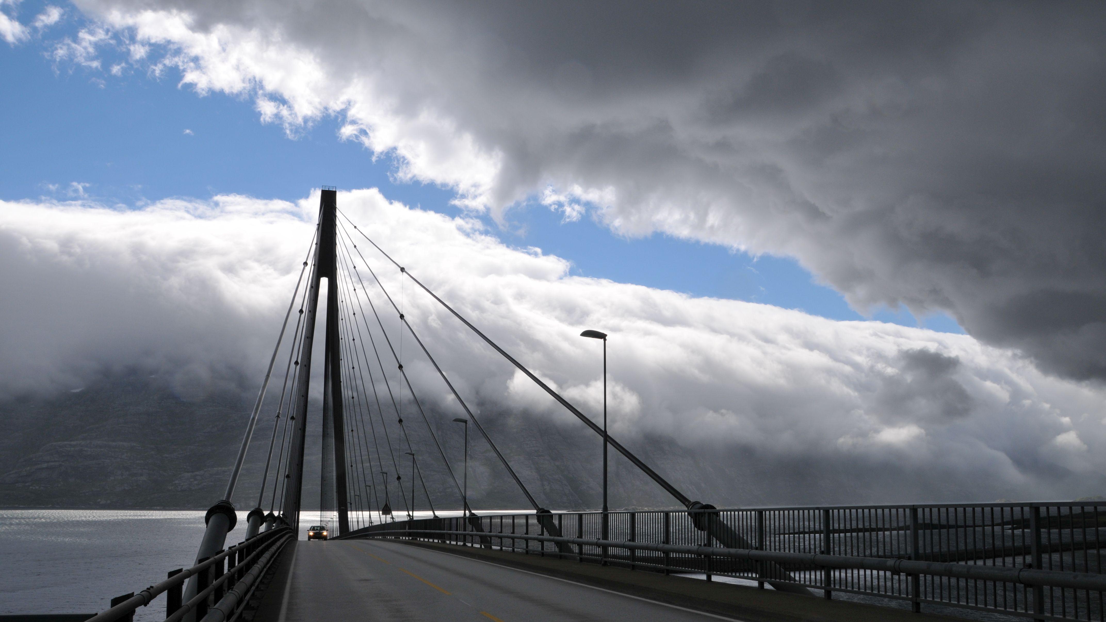 Helgelandbrücke nach dem Regen