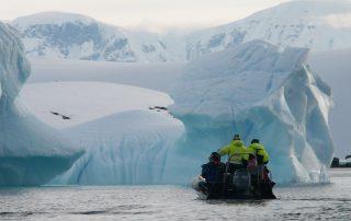 Zodiak vor Gletscher