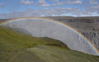 Regenbogen über Wasserfall auf Island