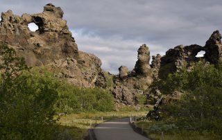 Straße mit Felsformationen auf Island