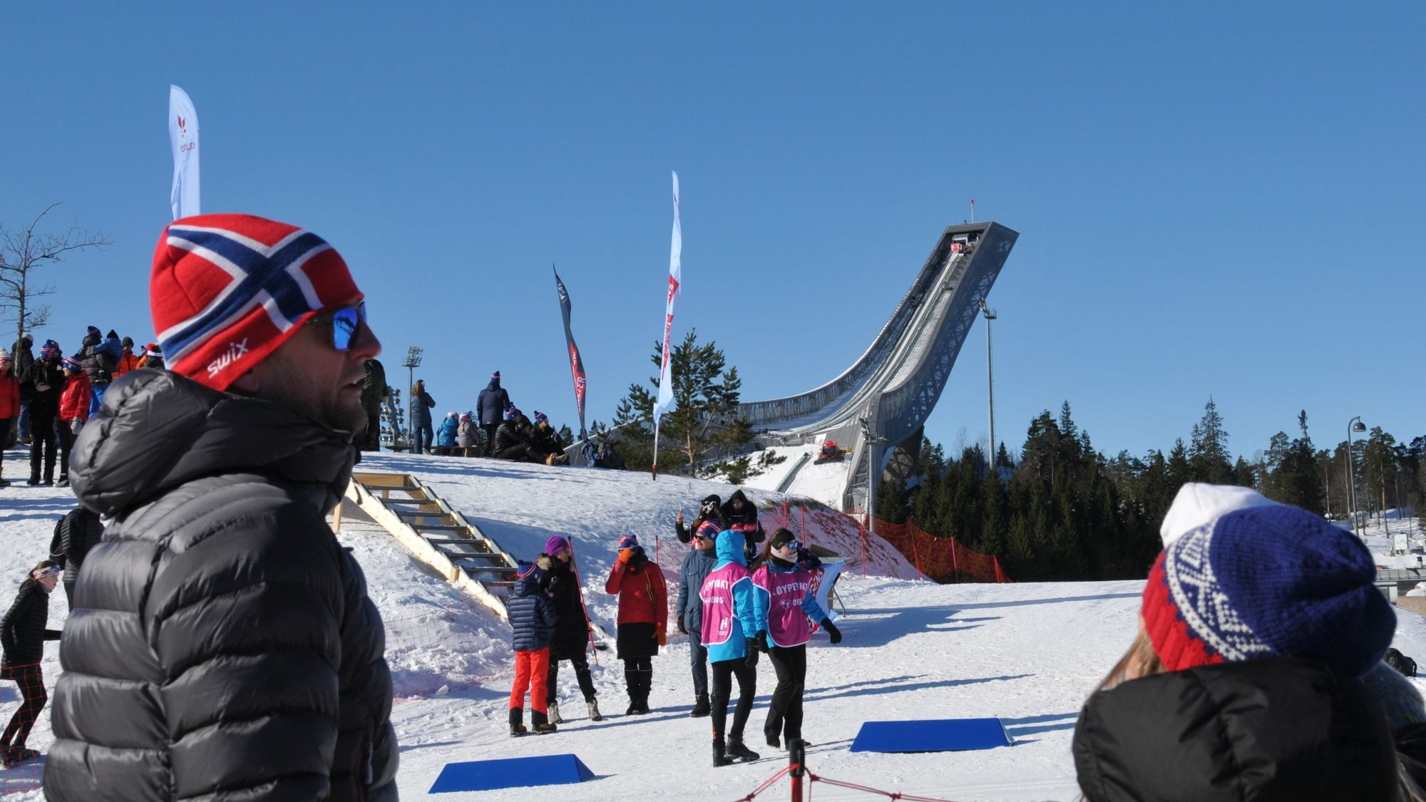 Menschen vor Holmenkollenschanze