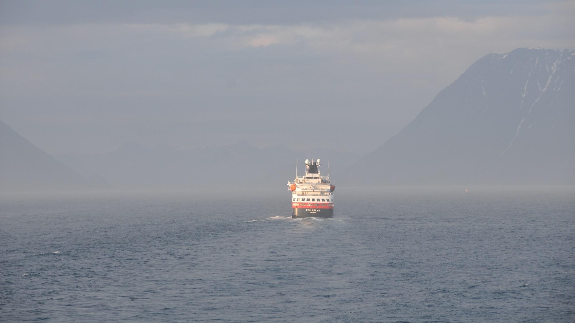 Die MS Polarlys verschwindet im Nebel