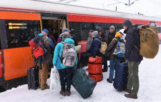 Passagiere vor Zug