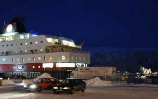 Hurtigruten in Tromsø mit Eismeerkathedrale