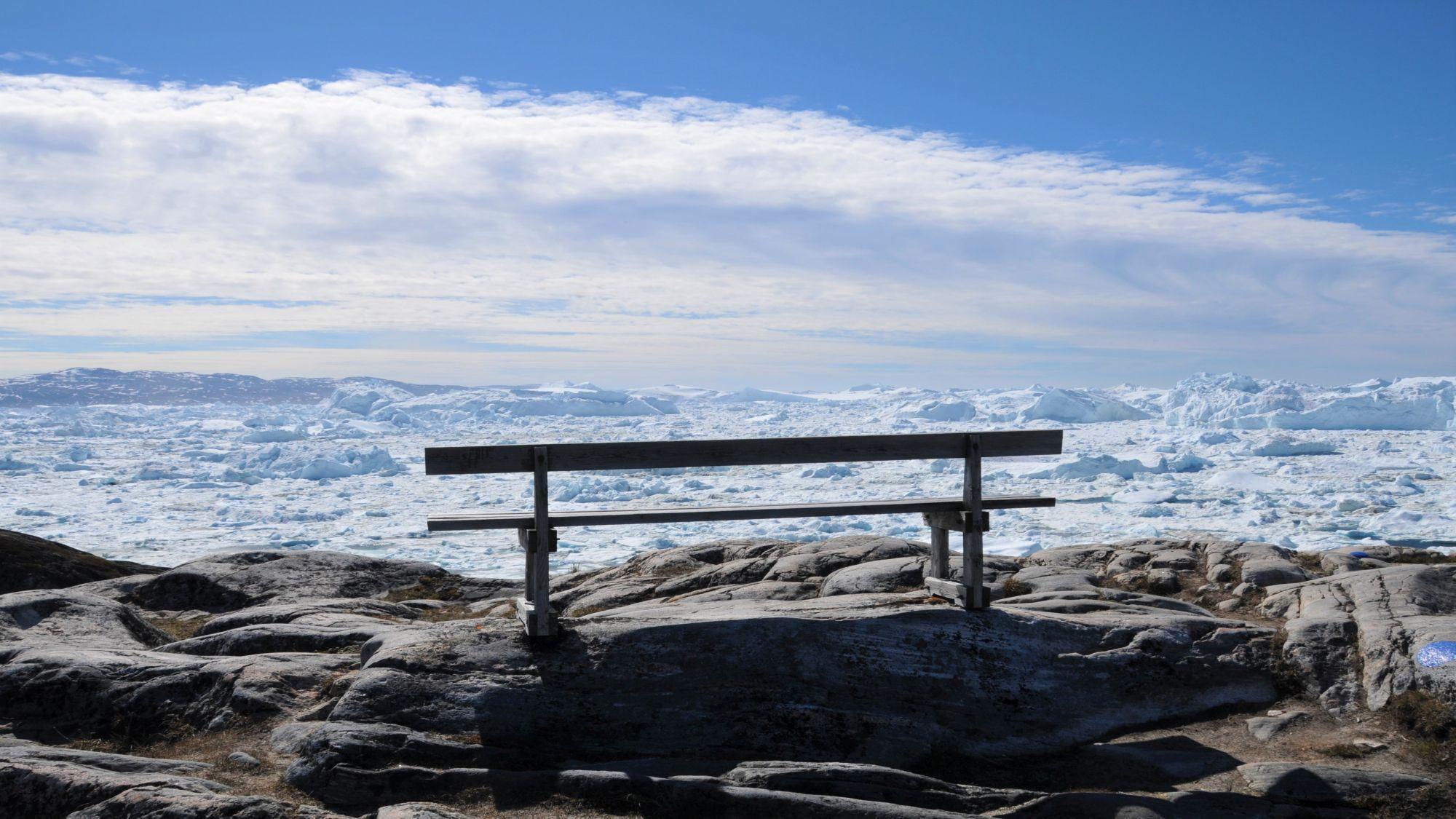 Parkbank vor endloses Eisfläche