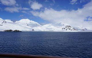 Blauer Himmel in der Antarktis