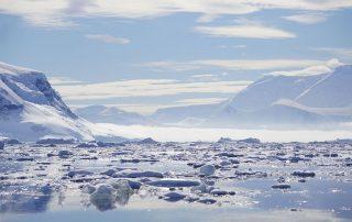 Eisschollen vor verschneiten Bergen