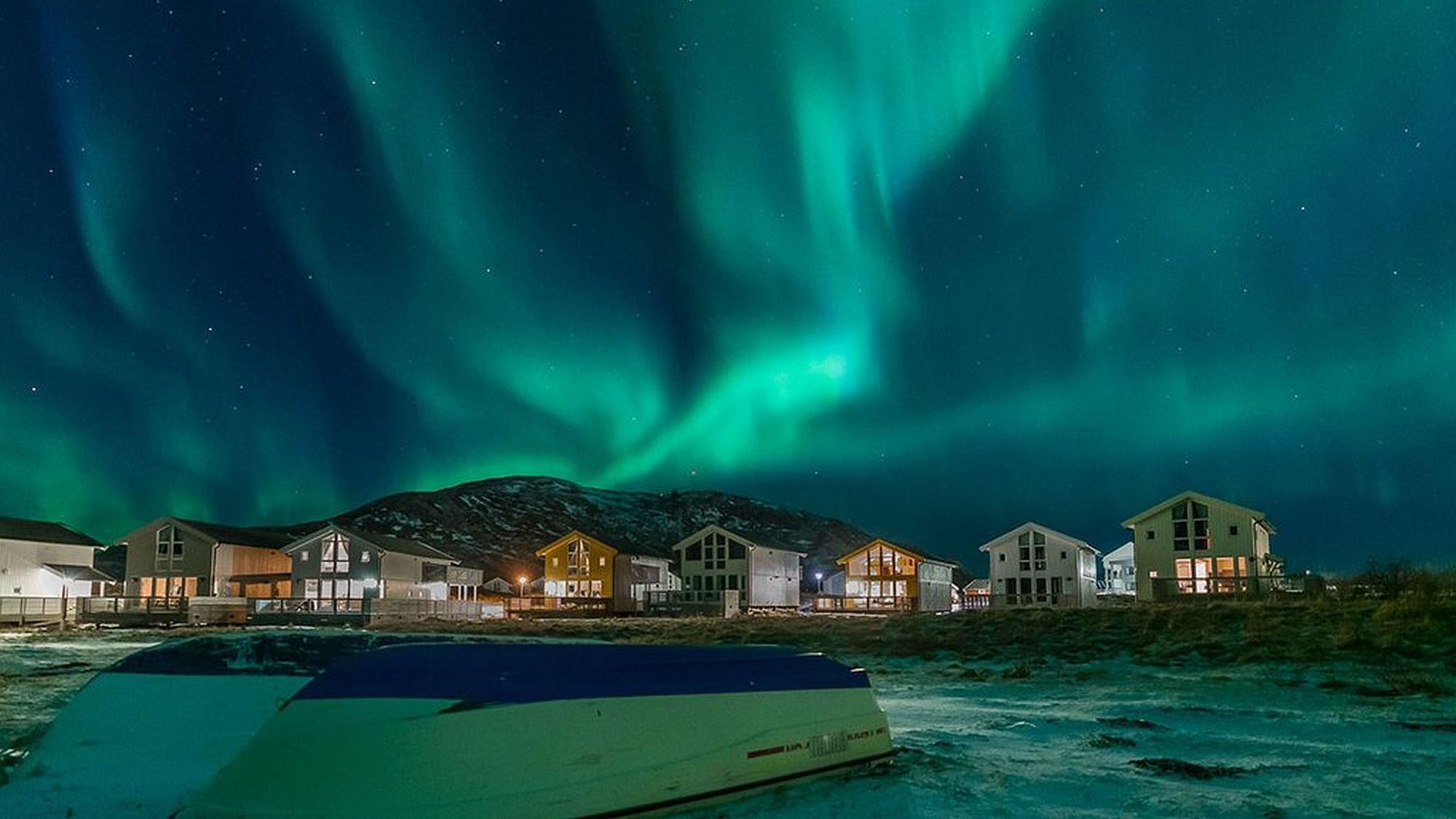 Nordlicht über Hütten